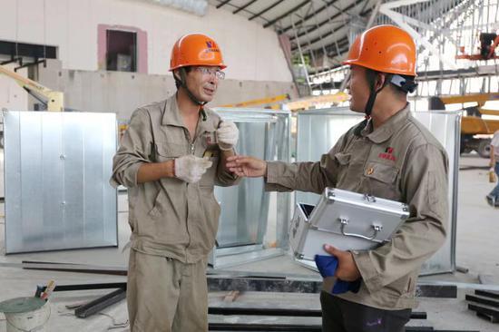 工程臨時黨支部分發防暑解暑藥品。  桐鄉市委組織部供圖