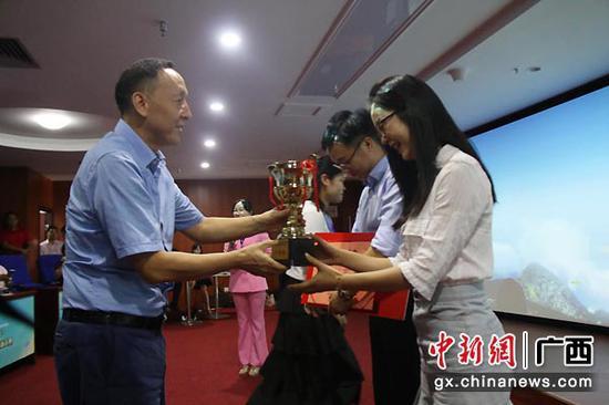 圖為來賓市委常委、副市長徐韜為一等獎獲得者頒獎。