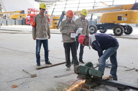 工人加緊施工。  桐鄉市委組織部供圖