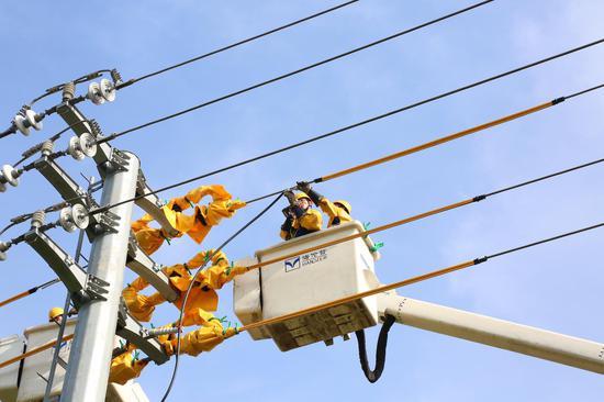 高温天在室外作业的电力工人 毛立纲 摄