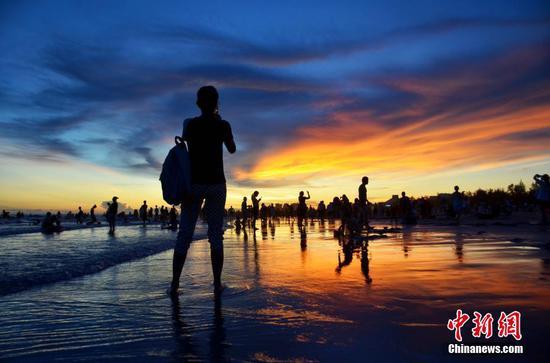 暑期高温 广西北海银滩游客如潮
