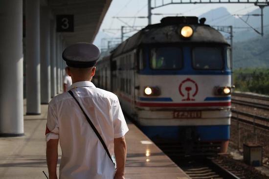 丽水站工作人员烈日下接车 金华车务段提供