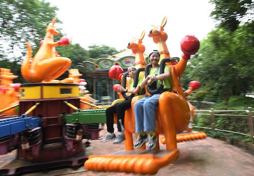 图为小侯鸟们在杭州少年儿童公园游玩 王刚 摄