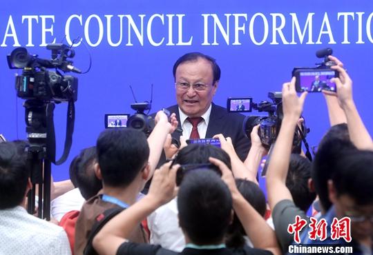 """7月30日,中国国务院新闻办公室在北京就""""建设美丽新疆共圆祖国梦想""""举行新闻发布会。新疆维吾尔自治区党委副书记、自治区主席雪克来提·扎克尔表示,新疆职业技能教育培训中心第一是依法办,第二是公开办,第三人的进出是动态的。中新社记者 张宇 摄"""