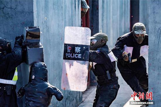 高溫天新疆鐵警開展實戰攻防對抗演練