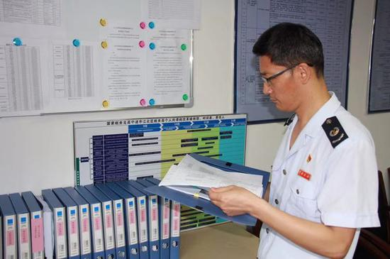 图为宁波市江北区税务局纪检部门为减税降费保驾护航  左林俊 摄