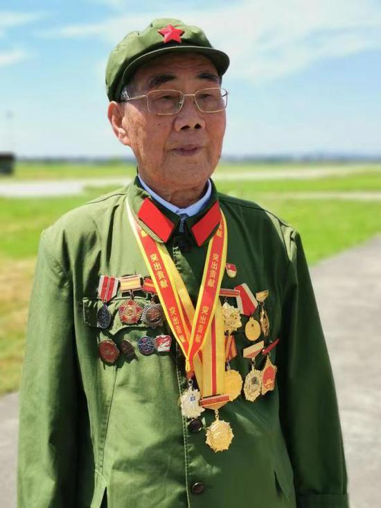 90岁抗战老兵郝龙清。廖启荣摄