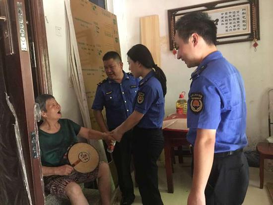 执法队员慰问吴奶奶。奚金燕摄