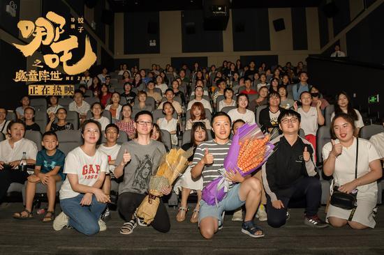 图为:导演饺子、制片人刘文章与观众合影。片方供图