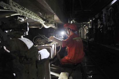 图为浙江省交通集团杭海城际铁路的工人正在施工。中铁四局供图