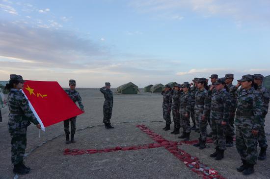 驻训队员在军旗下庄严宣誓。