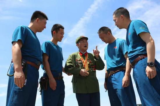 90岁抗战老兵重回空军军营。廖启荣摄