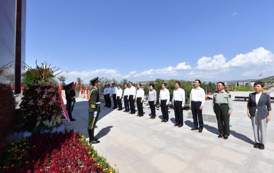 自治区党委常委来到西吉县将台堡红军长征会师纪念园,向红军长征会师纪念碑敬献花篮。