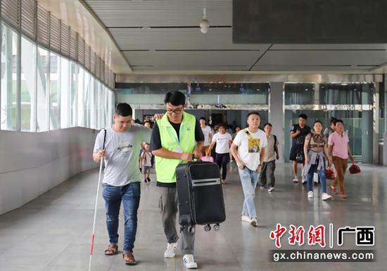 图为桂林火车站青年志愿者热情服务重点旅客。常国思 摄