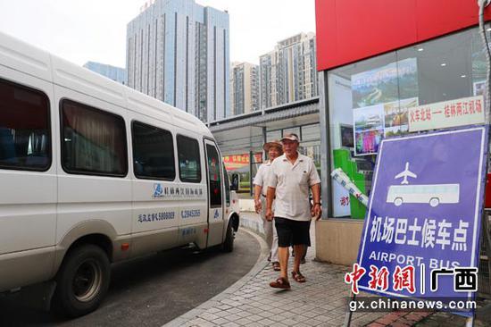 图为桂林火车站加强与地方交通部门沟通,在站前广场设置机场接驳大巴。常国思 摄