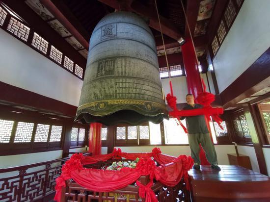 日本黄檗文化促进会会长林文清在净慈寺撞钟祈福,祝愿中日世代友好。 郑松波 摄