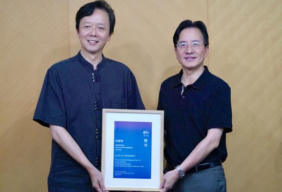 杭州亚组委副秘书长、杭州市副市长陈卫强(右)向宋建明颁发聘书。闫雨婷摄