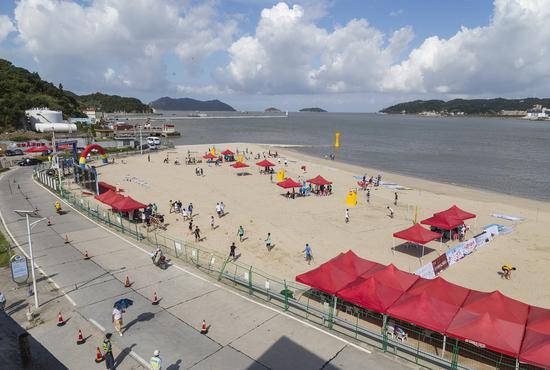 """韭菜岙沙滩迎来了沙滩修复后的""""首秀"""",来自浙江省各地的100多名青少年运动员在这里一较高下。洞头宣传部供图"""