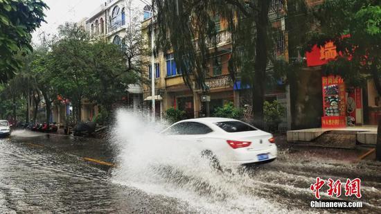"""台风""""韦帕""""过境广西沿海暴雨不断 街头一片汪洋"""