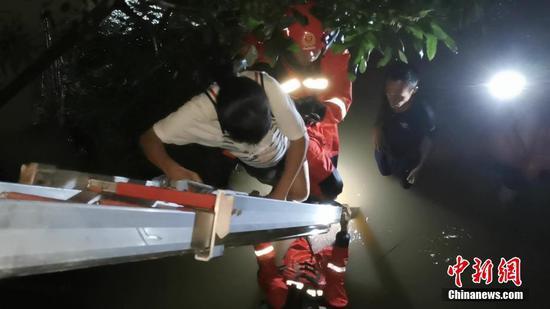 """台风""""韦帕""""致广西防城港多处内涝人员被困 消防员冒雨救援"""