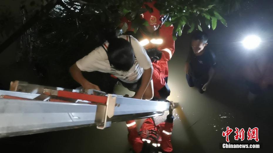 """臺風""""韋帕""""致廣西防城港多處內澇人員被困 消防員冒雨救援"""