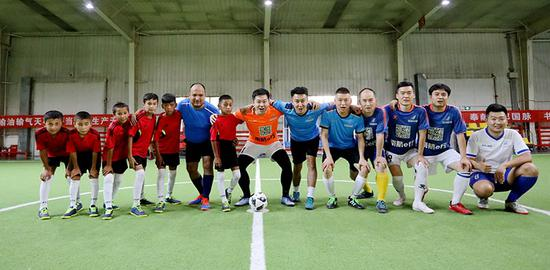 8月2日晚,喀瓦克乡小学足球队与南航新疆分公司足球协会的叔叔们踢了一场友谊赛。张思维摄