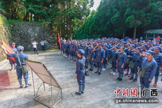 图为参训党员干部在井冈山北山烈士陵园重温入党誓词。朱雪萍  摄