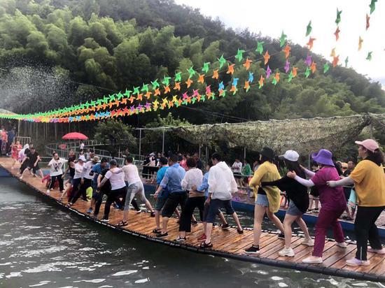 图为游客享受摇摆桥项目。项菁 摄