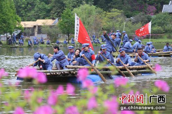 图为党员干部在井冈山领袖峰下体验红军四渡赤水时的情景。何佳霖 摄