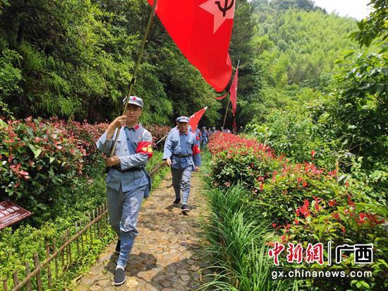 图为党员干部在松毛岭战役发生地体验红军行军过程。谢嘉宁 摄