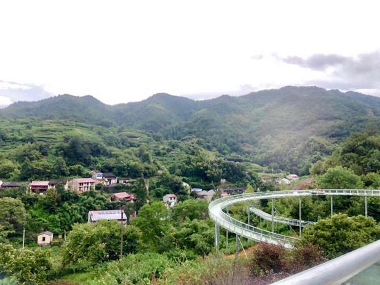 图为庄后王村一影:金龙滑道项目与乡村交融。项菁 摄