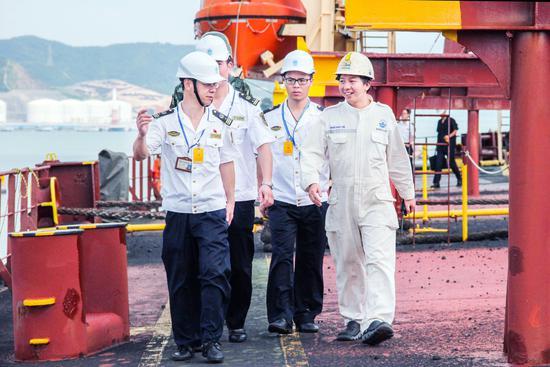 图为李云表和同事检查船舶现场。刘继波 摄