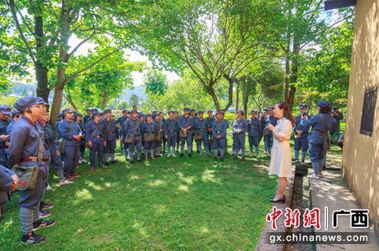 图为党员干部在井冈山茨坪旧居接受红色教育。朱雪萍  摄