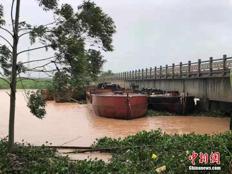 """台风""""韦帕""""致河水上涨 广西上思四艘铁船被卡桥墩"""