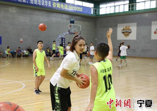 教练指导营员篮球技巧。