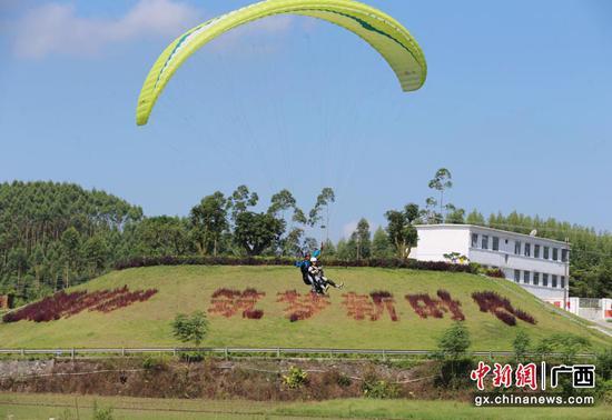 广西钦州成滑翔伞爱好者快乐飞行天堂