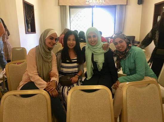 阿语专任教师雷晶赴约旦访学期间与约旦语言学院教师合影 洒荣荣 摄