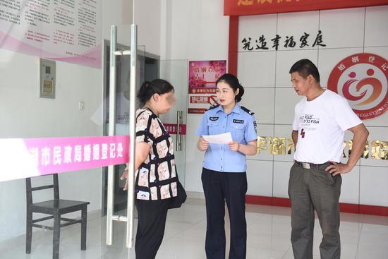 办证民警和宋世萍进行沟通。平湖公安提供