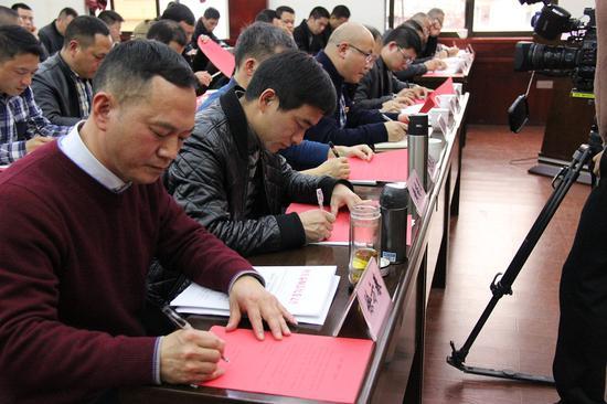 党员干部签订《反对挈篮子》承诺书 温州市纪委监委供图