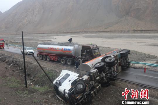 新藏线上武警官兵4000余米鏖战7小时救援化险为夷