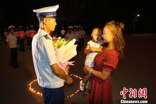 """新疆一名消防員的七夕:一場遲到三年的求婚""""表白"""""""