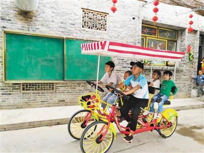孩子们骑着多人自行车在海军生态园畅游,尽享田间风光。本报记者 张瑛 摄