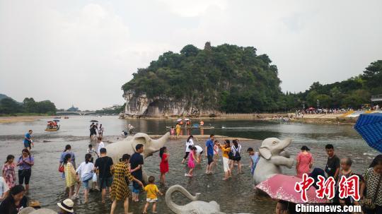 廣西桂林象鼻山下游客市民歡樂消暑