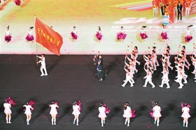 宁夏运动员组成的方队亮相开幕式。                                           本报记者 王刚 摄
