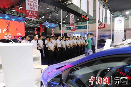 车展销售人员在开展前作最后动员。