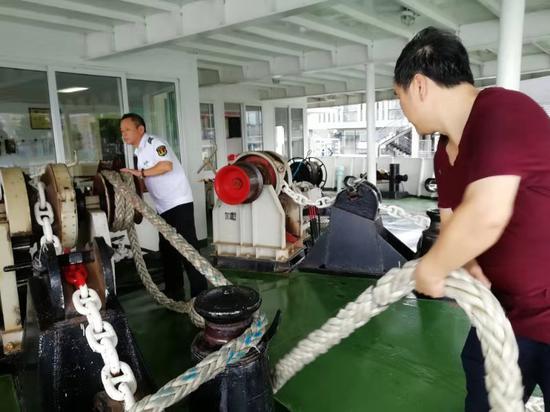 伯爵号游船工作人员在调整缆绳。 何胤昉