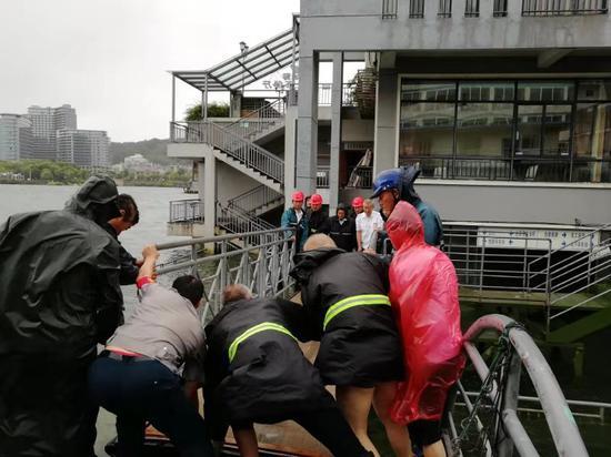 伯爵号工作人员根据水位高度临时调整栈桥高度。 何胤昉