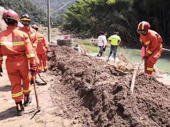 图为:永嘉消防指战员对山早村进行再次排查