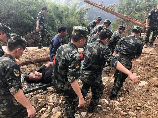 官兵将受困群众抬至山下。 嘉兴武警提供