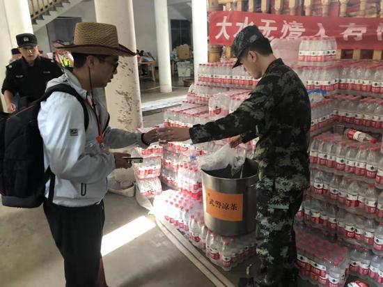 武警官兵携带了凉茶、矿泉水、牛奶、小面包、方便面、火腿肠等食品来到救援现场。温州武警供图